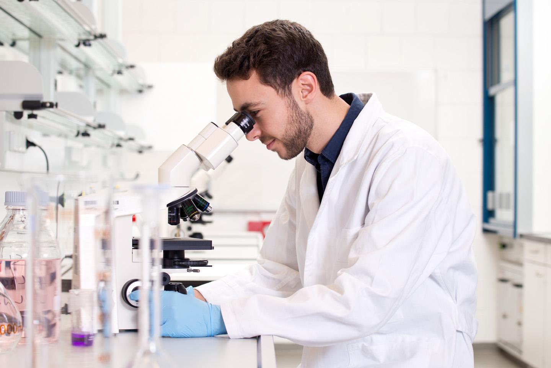 Student an Mikroskop